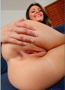 Дрочит вагинальную дырочку и улыбается - фото #11