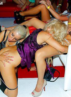 Горячие потаскухи занимаются групповушкой в клубе - фото #
