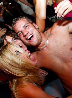 Европейские девушки расслабились на вечеринке по полной - фото #