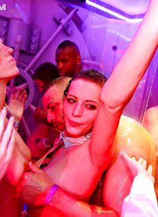 На вечеринке молоденькие девушки сексуально удовлетворились - фото #