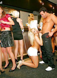 В ночном клубе собрались местные давалки - фото #