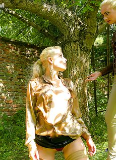 На природе трахнул и обоссал европейскую блондинку - фото #