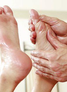 Клиентка подрочила ножками большой пенис массажиста - фото #