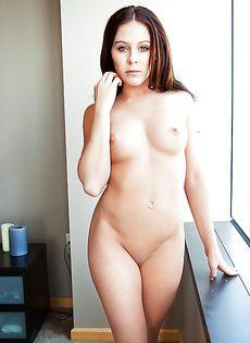 Изумительная брюнетка с потрясающим телом и фигурой - фото #