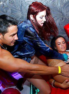 Горячий и мощный трах представительниц прекрасного пола в клубе - фото #