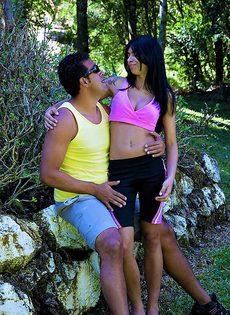 На природе трахнул латинскую молодушку и кончил на нее - фото #