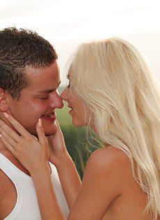 Оральное порно с блондинистой девушкой Victoria Puppy на природе - фото #