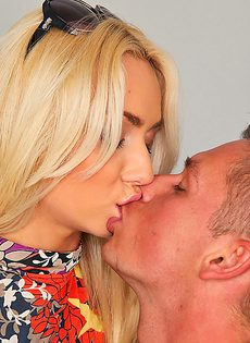 Парнишка вставляет горячий член в тоненькую блондинку - фото #