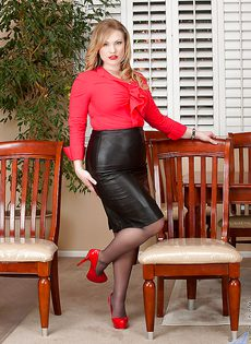 Аппетитная блондинка Victoria Tyler в колготках - фото #