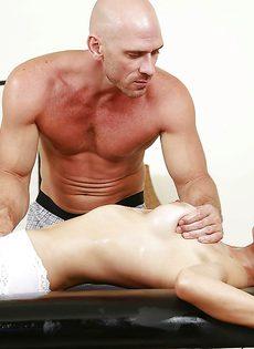 Лысый мускулистый парень делает массаж обнаженной брюнетке - фото #