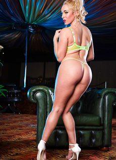 Умопомрачительная блондинка с большими силиконовыми сиськами - фото #