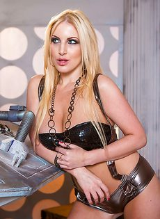 Сиськи у этой блондинистой девушки просто великолепные - фото #