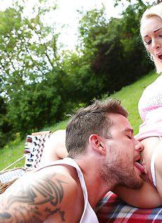 На пикнике парнишка отодрал во влагалище шикарную девушку - фото #