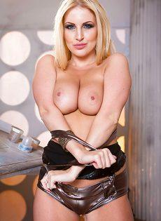 Восхитительная европейская блондинка лапает себя за грудь - фото #