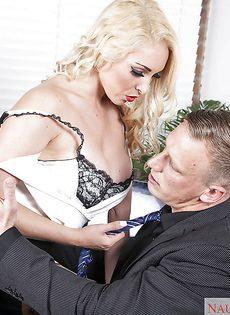 Офисный секс с обворожительной секретаршей в чулках - фото #
