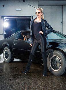 Обнаженная блондиночка позирует возле черного автомобиля - фото #1