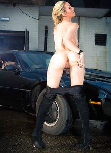Обнаженная блондиночка позирует возле черного автомобиля - фото #8