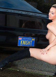 Обнаженная блондиночка позирует возле черного автомобиля - фото #16