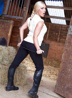 Соло замечательной блондинистой девушки на конюшне - фото #