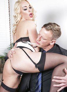 Соблазнительная секретарша хочет удовлетворить начальника - фото #