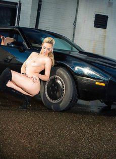 Обнаженная стройная блондинка позирует возле дорогого авто - фото #