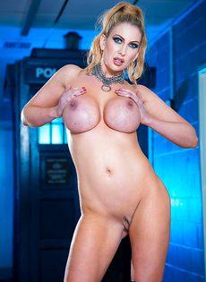 Жаркая блондинка с очень большими силиконовыми сиськами - фото #