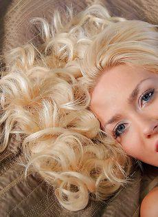 Гламурная кудрявая блондинка с красивой розовой киской - фото #