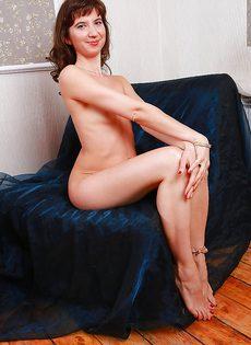 Волосатая вагинальная дырка зрелой брюнетки крупным планом - фото #