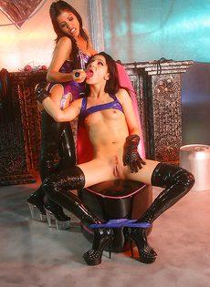 Горячие подружки развлеклись с разными секс игрушками - фото #