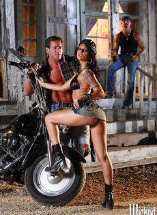 Жаркая брюнетка позирует голой возле мотоцикла - фото #