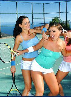 Горячий трах под открытым небом с шикарными теннисистками - фото #