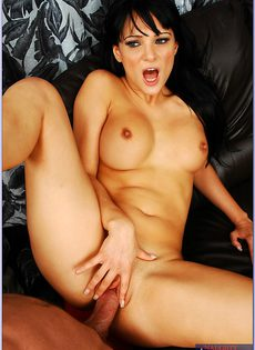 Расставила ноги и впустила пенис в горячее влагалище - фото #
