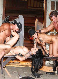 Мускулистые парни и горячие девушки устроили групповуху - фото #