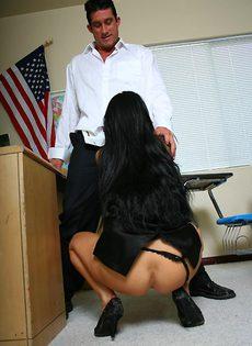 Студент засовывает член в анальную дырочку шикарной преподши - фото #