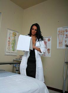Горячая докторша лечит пациента мокрой вагинальной дыркой - фото #