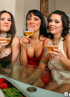 Три подружки сняли одежду друг с дружки - фото #
