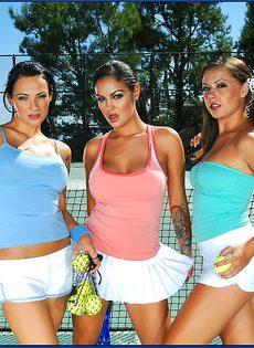 Фото сессия трех сногсшибательных телок на теннисном корте - фото #1