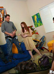 Сексуальных брюнеток парень топчет по очереди на диване - фото #