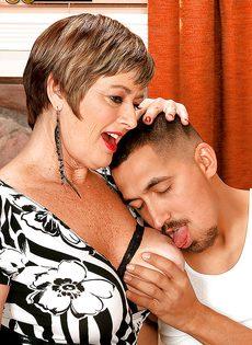 Парню нравятся половые партнерши постарше - фото #