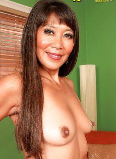 Зрелая азиатка хочет подцепить молоденького паренька - фото #