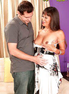 Зрелая и развратная азиатка кувыркается с любовником - фото #
