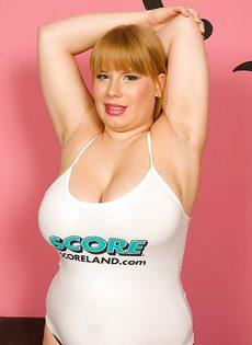 Толстушка с большой грудью в черных трусиках - фото #