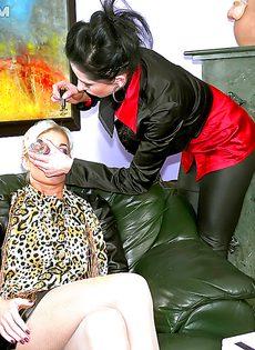 Сексуальные развлечения брюнетки и блондинки - фото #