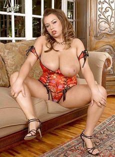 Потаскушка с большими дойками и большой задницей - фото #