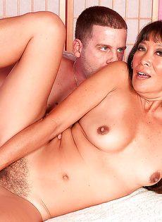 С раскрепощенной женщиной трахается парнишка - фото #