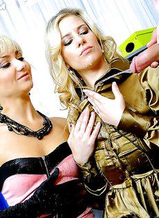Секс с горячими блондинками с различными фетишистскими штучками - фото #
