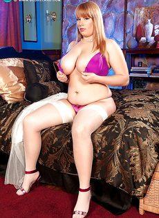 Толстая сучка решила вывалить свою здоровенную грудь - фото #