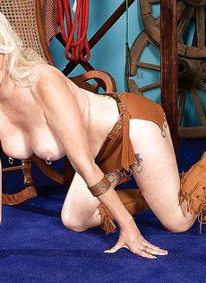 Старушка хочет развлечься с резиновым пенисом - фото #