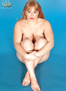 Похотливая и развратная обладательница больших сисек - фото #