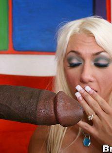 Негр глубоко запихивает пенис в рот блондинистой шлюхи - фото #